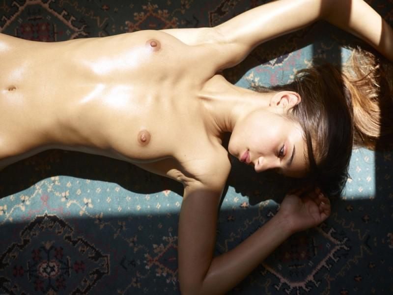 Загорелая худышка валяется дома на полу в летнюю жару 31 фото