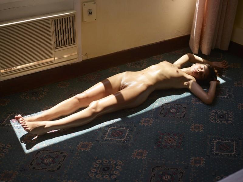 Загорелая худышка валяется дома на полу в летнюю жару 25 фото