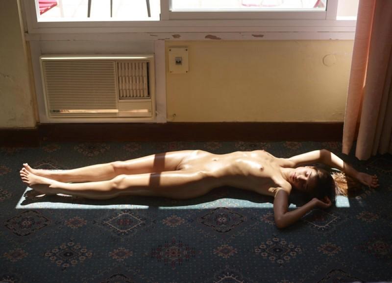Загорелая худышка валяется дома на полу в летнюю жару 26 фото