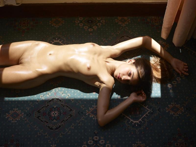 Загорелая худышка валяется дома на полу в летнюю жару 27 фото