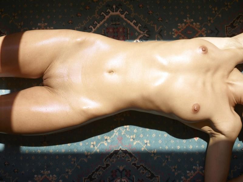 Загорелая худышка валяется дома на полу в летнюю жару 30 фото