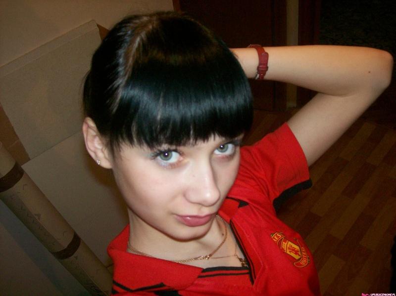 Молодая славянка в бане и в квартире позирует в нижнем белье 8 фото