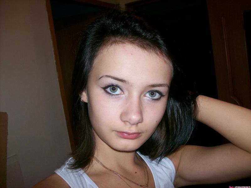 Молодая славянка в бане и в квартире позирует в нижнем белье 18 фото