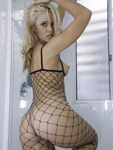 Молодая модель позирует в ванной