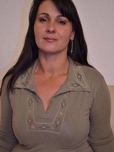 Пухлая мамочка обнажилась для мастурбации небритой киски