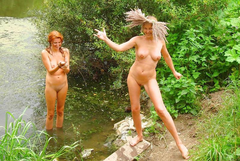 Две мамаши голышом гуляют в летнем лесу 6 фото
