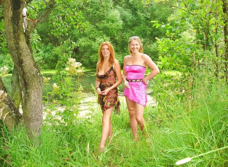 Две мамаши голышом гуляют в летнем лесу 1 фото