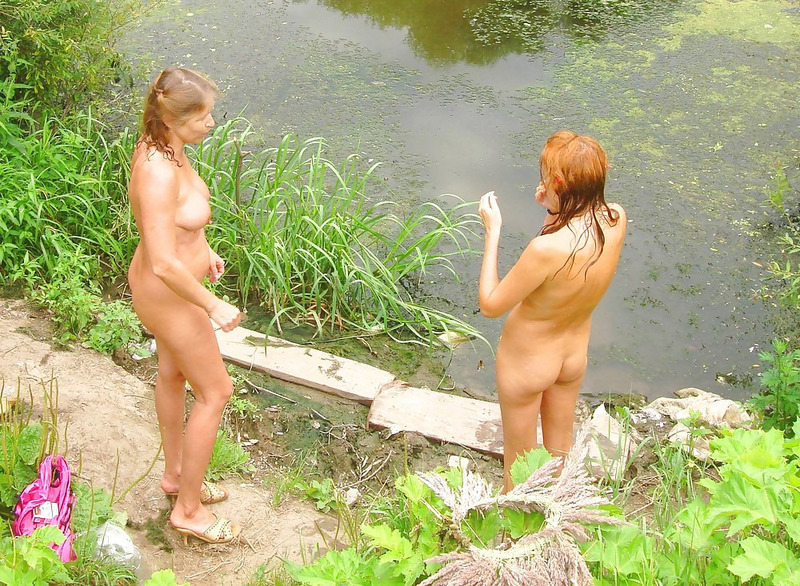 Две мамаши голышом гуляют в летнем лесу 17 фото