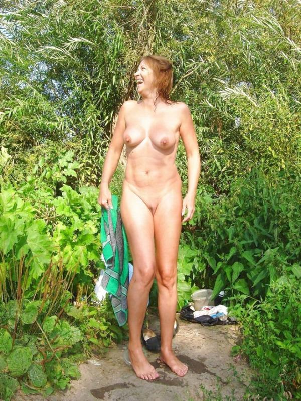Две мамаши голышом гуляют в летнем лесу 18 фото