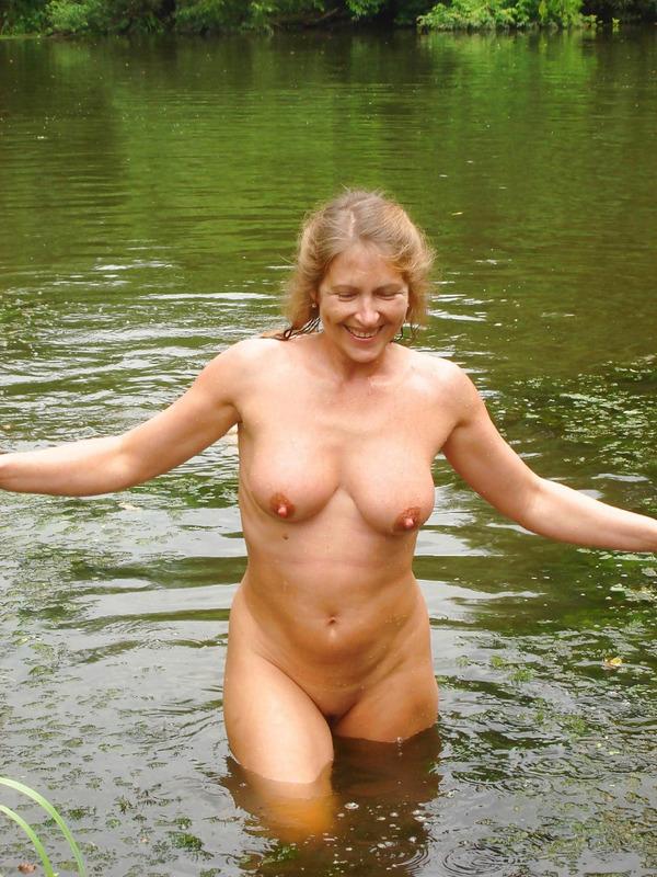 Две мамаши голышом гуляют в летнем лесу 19 фото