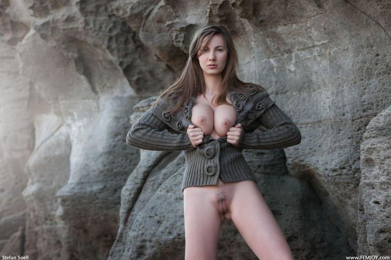 Эромодель с большой натуральной грудью позирует в скалах оголив 1 фото