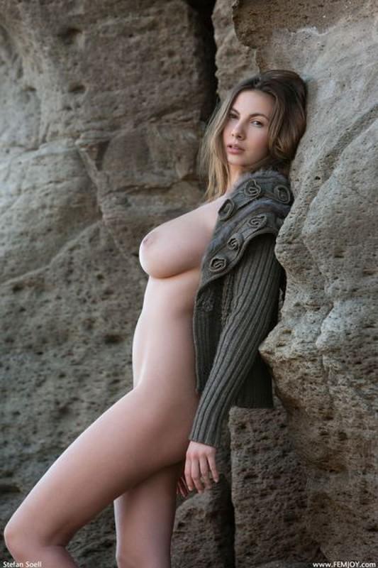 Эромодель с большой натуральной грудью позирует в скалах оголив 17 фото