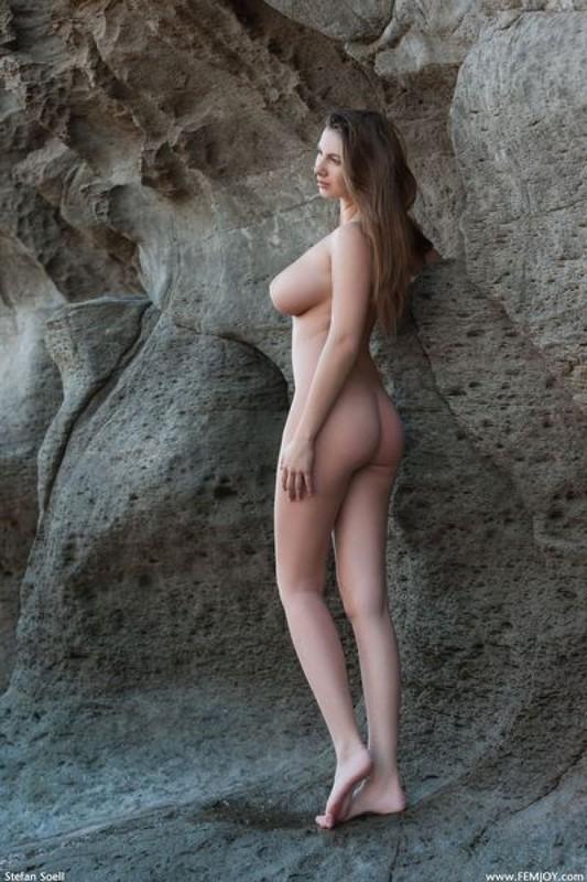 Эромодель с большой натуральной грудью позирует в скалах оголив 7 фото
