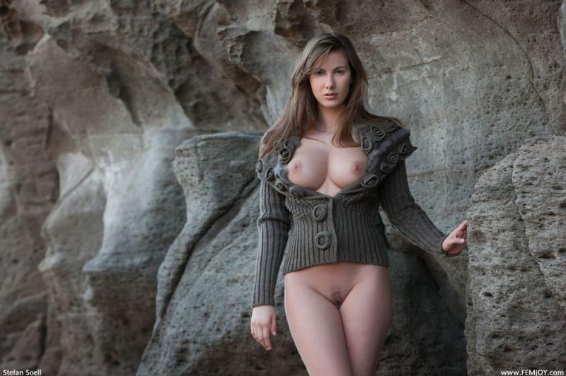Эромодель с большой натуральной грудью позирует в скалах оголив 5 фото