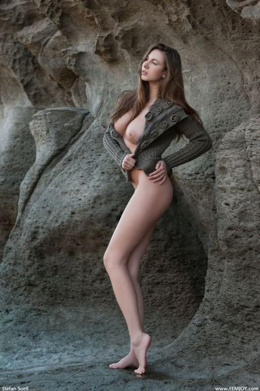 Эромодель с большой натуральной грудью позирует в скалах оголив 19 фото