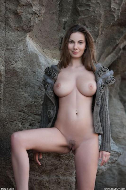 Эромодель с большой натуральной грудью позирует в скалах оголив 11 фото