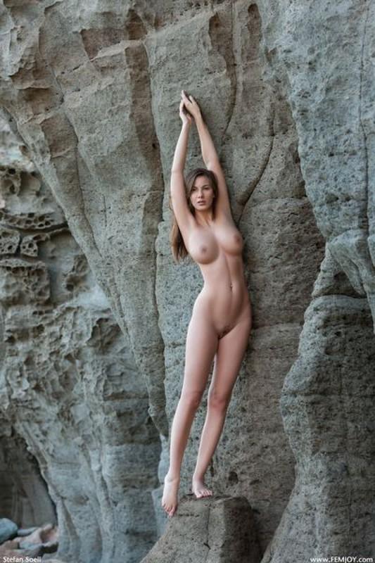 Эромодель с большой натуральной грудью позирует в скалах оголив 4 фото