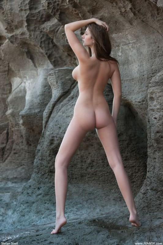 Эромодель с большой натуральной грудью позирует в скалах оголив 9 фото