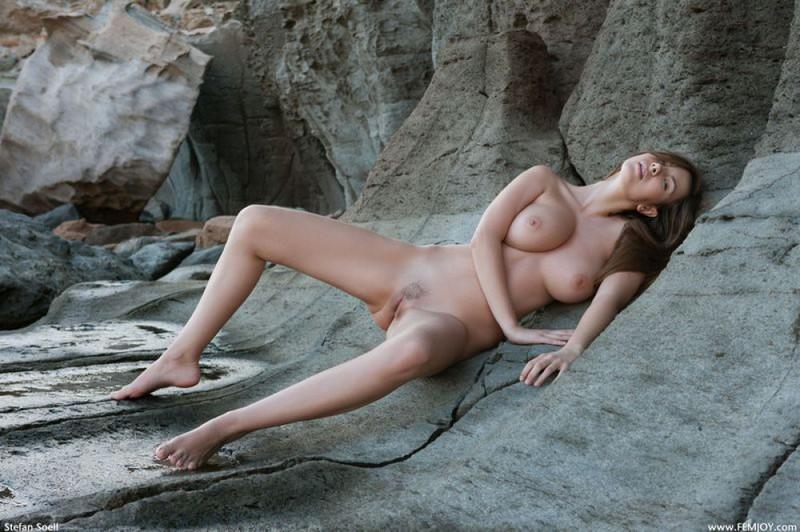 Эромодель с большой натуральной грудью позирует в скалах оголив 14 фото