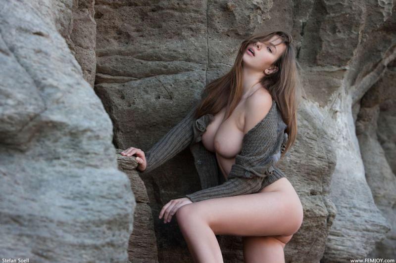 Эромодель с большой натуральной грудью позирует в скалах оголив 13 фото