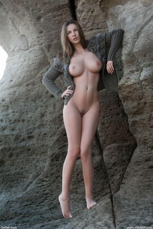 Эромодель с большой натуральной грудью позирует в скалах оголив 3 фото