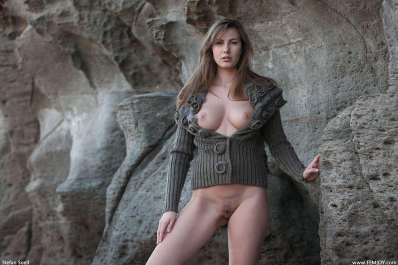 Эромодель с большой натуральной грудью позирует в скалах оголив 8 фото