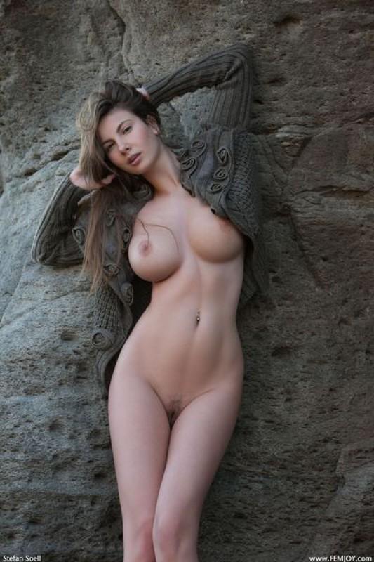 Эромодель с большой натуральной грудью позирует в скалах оголив 20 фото