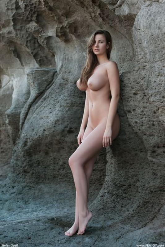 Эромодель с большой натуральной грудью позирует в скалах оголив 6 фото