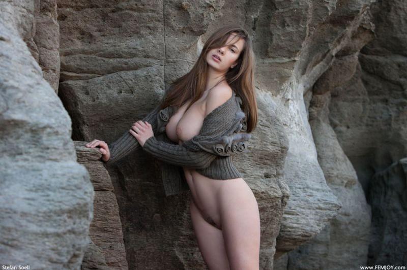 Эромодель с большой натуральной грудью позирует в скалах оголив 28 фото