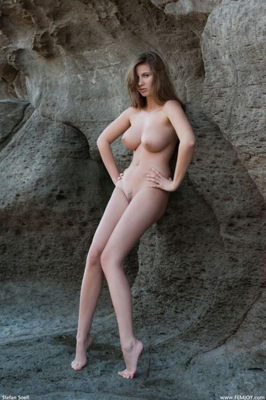 Эромодель с большой натуральной грудью позирует в скалах оголив 33 фото