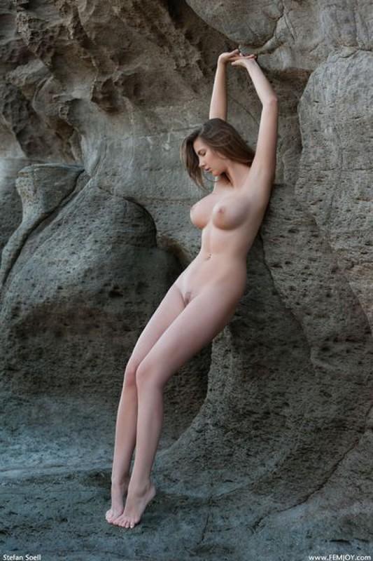 Эромодель с большой натуральной грудью позирует в скалах оголив 31 фото