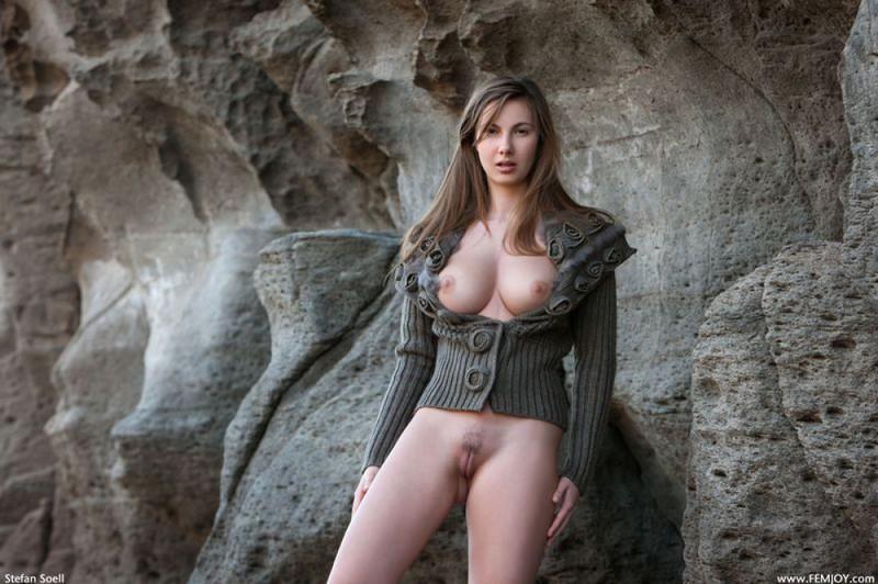 Эромодель с большой натуральной грудью позирует в скалах оголив 36 фото