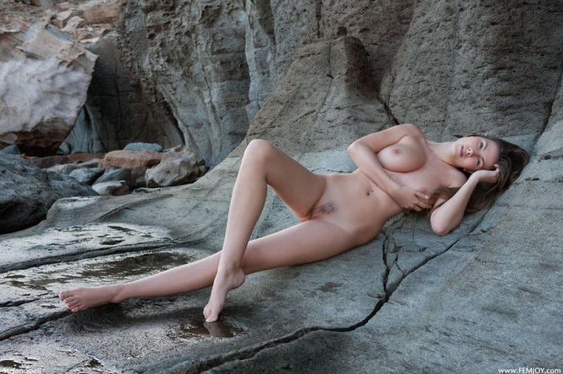Эромодель с большой натуральной грудью позирует в скалах оголив 29 фото