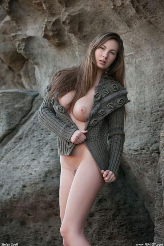 Эромодель с большой натуральной грудью позирует в скалах оголив 30 фото