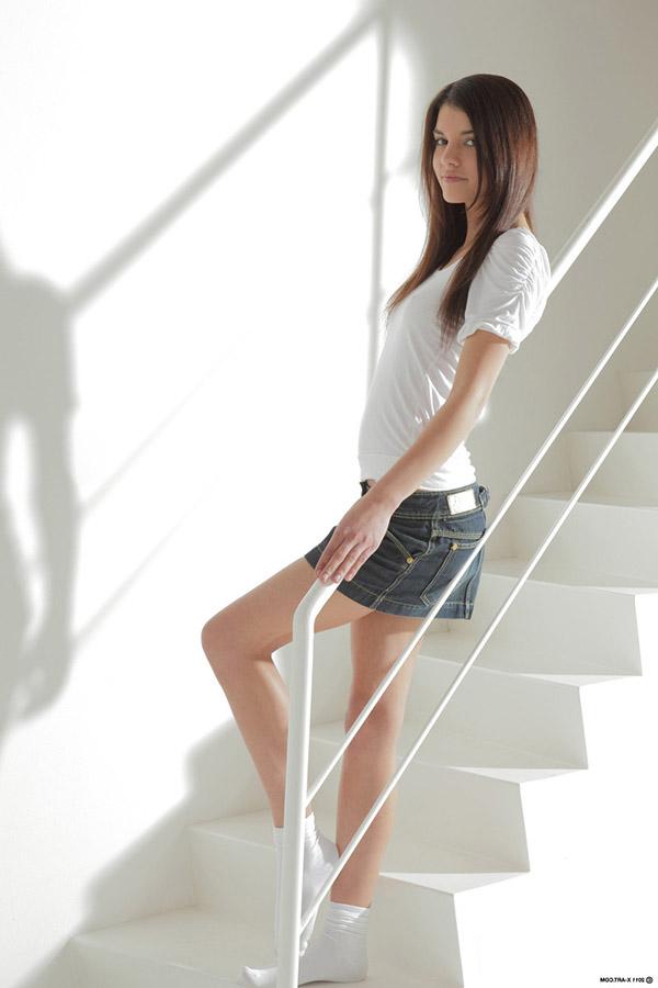Студентка в носках показывает стриптиз на лестнице 1 фото