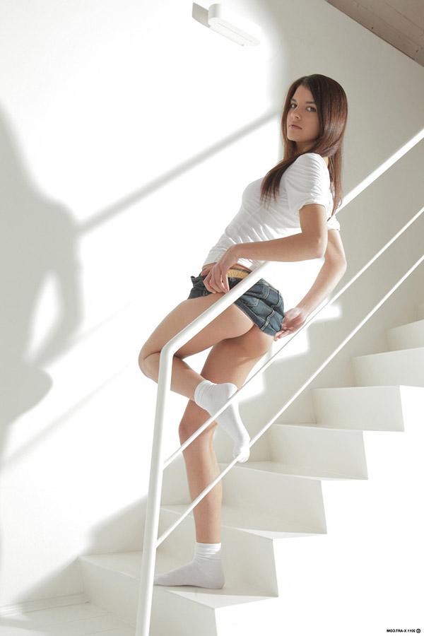 Студентка в носках показывает стриптиз на лестнице 3 фото