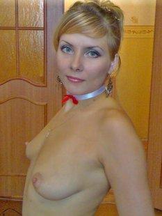 Белокурая жена позирует в эротическом белье