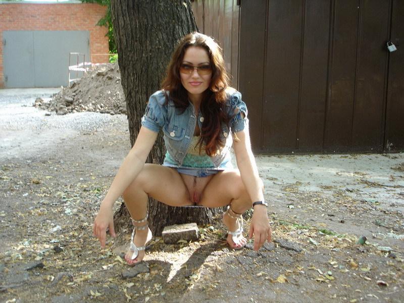 Сексуальная брюнетка из Москвы раздевается дома и на улице 16 фото