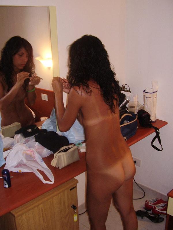 Загорелая курортница хвастается своей упругой попкой и маленькой грудью 12 фото