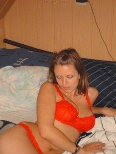 Девушка сняла красное белье на чердаке и светит большими дойками