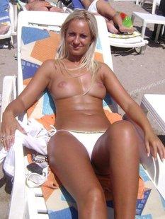 30летняя блондинка оголила загорелые сиськи на шезлонге