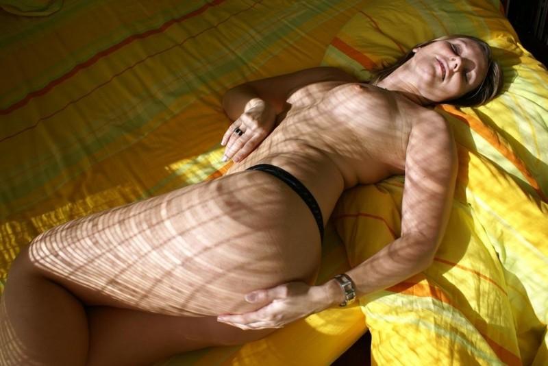 Молодая жена разделась перед мужем 8 фото