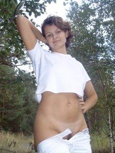 Оголенная мамаша отдыхает на травке