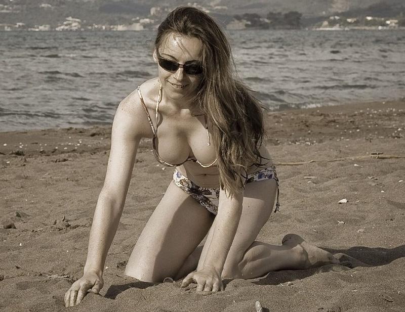 Русская мамка со стройным телом отдыхает в Крыму 10 фото