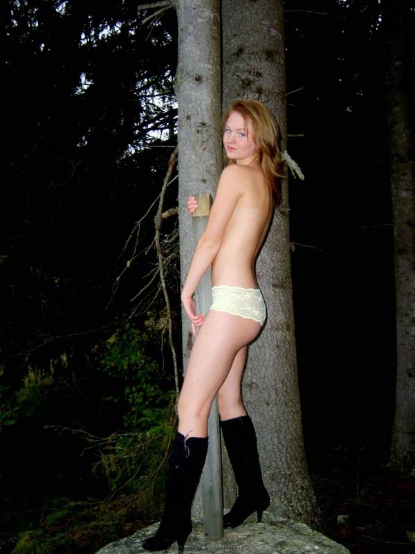 Извращенка в походе позирует в сапогах и трусиках для хахаля 6 фото