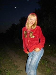 Кокетливая блондинка показывает себя голышом и в одежде
