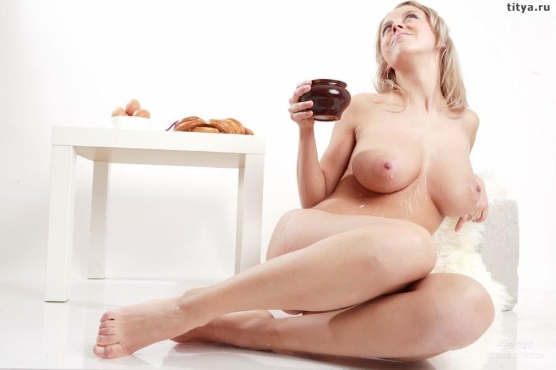 Сиськастая блондинка пролила на дойки молоко 32 фото