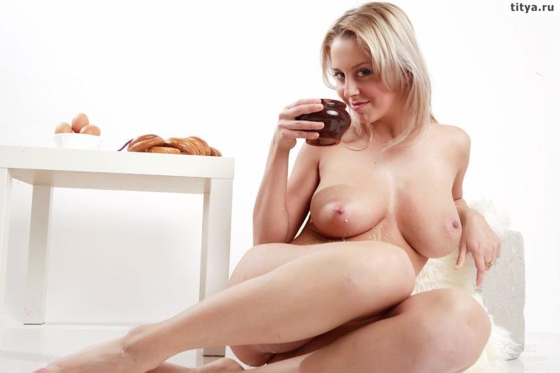 Сиськастая блондинка пролила на дойки молоко 31 фото