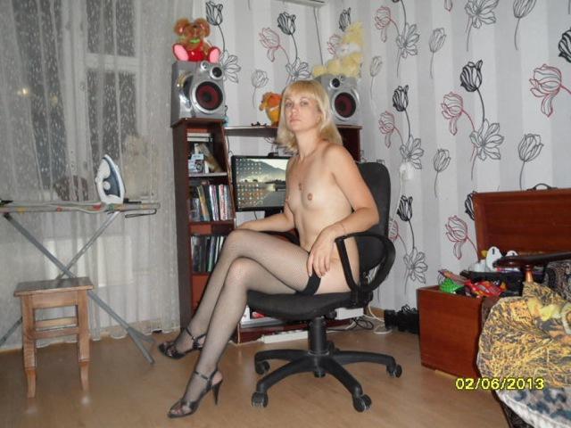 Русская провинциалка с маленькими титьками позирует на кровати 9 фото