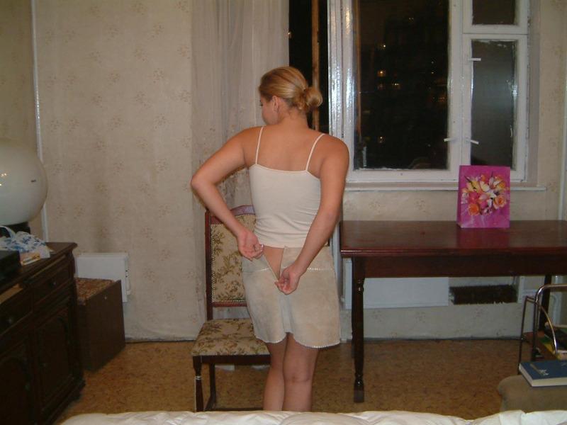 Гибкая славянка собирается подрочить киску перед сном 2 фото